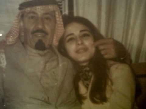 العنود الفايز طليقة الملك عبد الله بن عبد العزيز آل سعود تعتصم امام السفارة السعودية في لندن Youtube