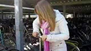Sanne pompt haar fietsband op