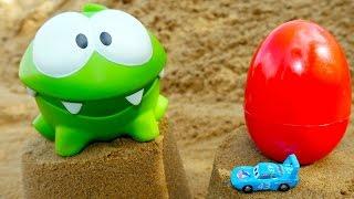Видео для детей. Играем с Ам Нямом! Яйцо с сюрпризом. Развивающее видео с игрушками.