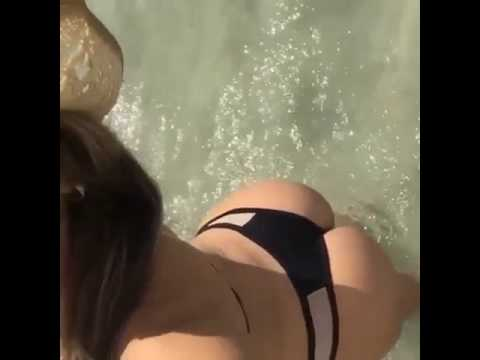 chica esperando sol en la playa