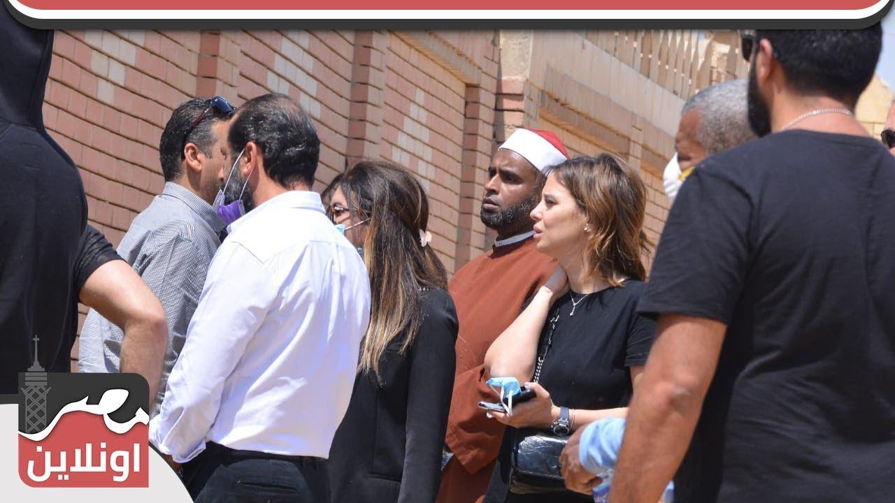 لحظة تشييع جثمان والدة دنيا عبد العزيز