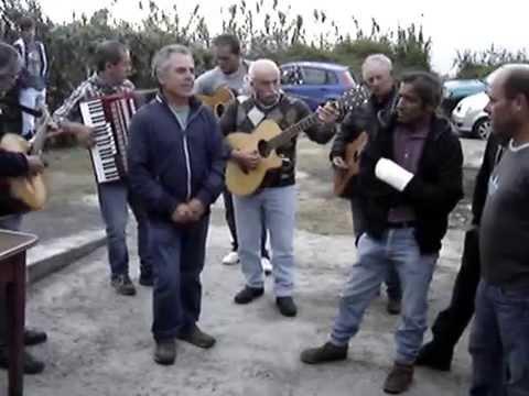 """Orquestra anima matança do porco no """"Pilar"""" da bretanha."""