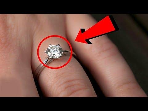 30 Yıldır Aynı Yüzüğünü Takan Kadın, Açtığı Zaman Gözlerine İnanamadı ! Bunu Kimse Beklemiyordu !