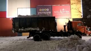 Коммунальные службы Москвы борются со снегопадом. Район Братеево
