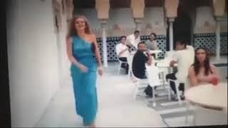 Девушка заправила платье в трусы