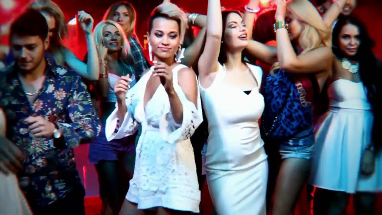 Видео девушка в коротком платье заигрывает фото 31-447