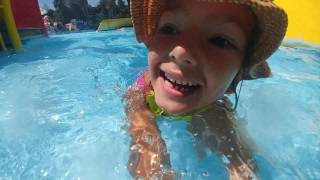 Aqua park Lera ve elifin kaydıraklar ile mücadelesi, eğlenceli çocuk videosu