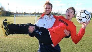 I dag er det blevet Morten Münsters tur til at spille fodbold! Kan ...