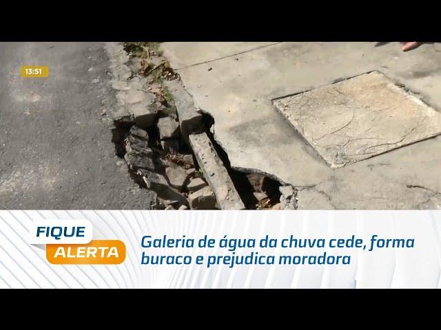 Galeria de água da chuva cede, forma buraco e prejudica moradora na Jatiúca