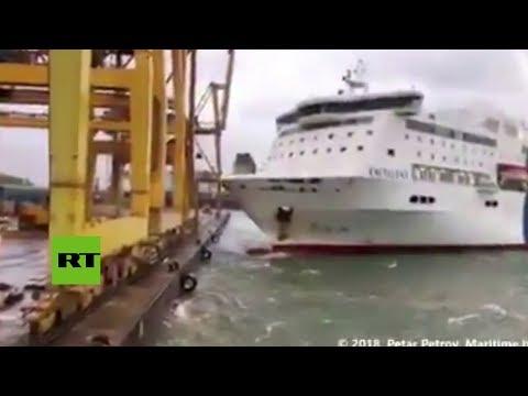 Incendio en el puerto de Barcelona tras choque de ferry con una grúa