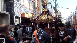 三軒茶屋太子堂八幡神社の例大祭神輿 2013年10月13日 Part.3: 神輿の台棒の交換 thumbnail