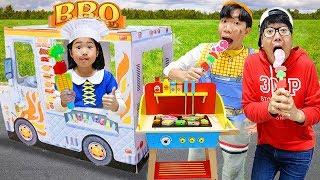 Boram et ses amis jouent à jouet cuisine BBQ alimentaire situé