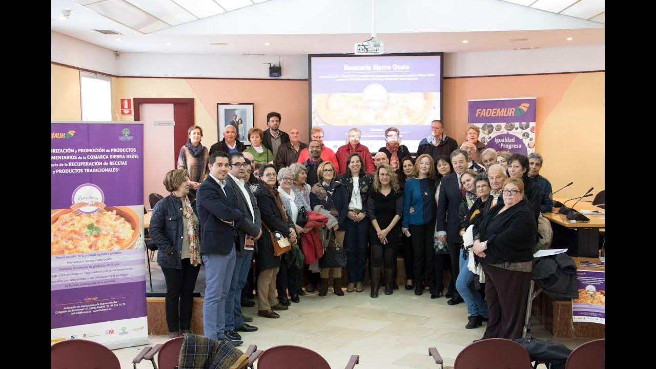 Mujeres y hombres posando para una fotografía de la asociación FADEMUR
