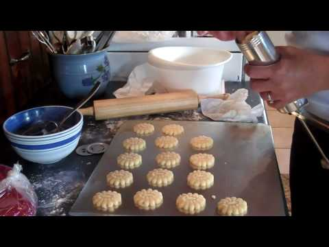 How to use the cookie press