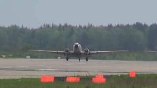 Пролёт двух самолётов DC-3 (С-47) на авиационном шоу в Кубинке.