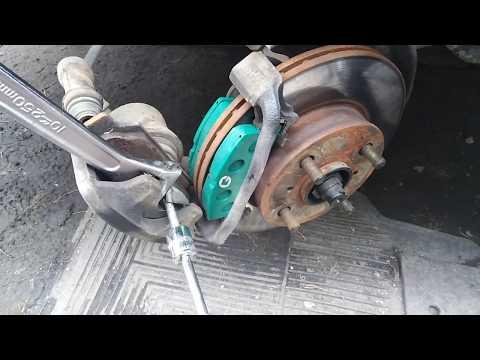 Как сжать, вдавить тормозной цилиндр при замене колодок