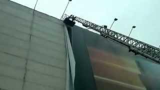 Процесс демонтажа повреждение фрагмента баннера(, 2012-07-06T11:20:36.000Z)
