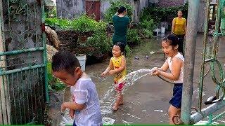 Gia Linh và em Cò nghỉ hè về quê sang nhà hàng xóm chơi tắm nước vòi