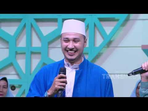 Arnold Putra Anak Konglomerat Indonesia , seorang perancang busana asal Indonesia menjual tas tangan.