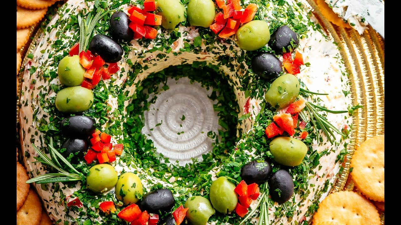 Christmas Cheese Ball.Christmas Bacon Cheese Ball Wreath