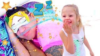 Stacy और पिताजी समुद्र तट पर एक मजेदार दिन था! रेत और अन्य बच्चे खिलौने के साथ खेलना