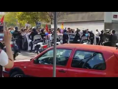 Altercado con la policía en la protesta contra las reválidas en la sede del PP
