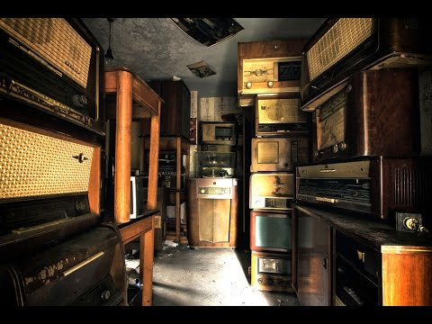 Found over 100 Vintage Radio's in Abandoned House! EVERYTHING LEFT BEHIND!(+craziest encounter ever)