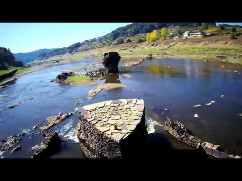 Antiguo pueblo de portomarin vista de drone