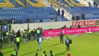 Adeptos do FC Porto enchem relvado aparentemente após problema numa bancada