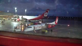 Größter und kleinster Flugzeugtyp der Airberlin Flotte am Flughafen Berlin Tegel TXL