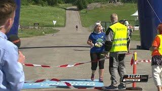Här stoppas hon från att springa vidare i Stockholm Marathon - TV4 Sport
