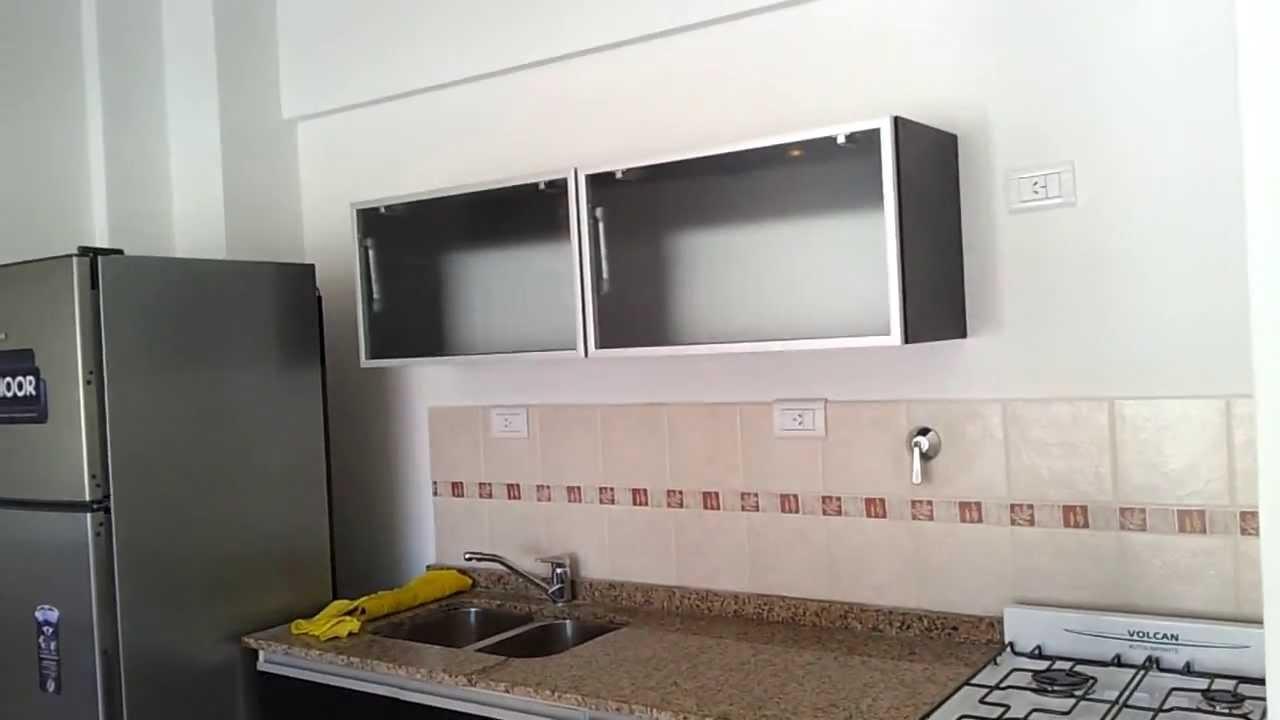 Alacenas vidriadas nova marco de aluminio pistones a gas for Alacenas para cocina