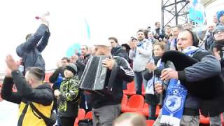 Фанаты саратовского Сокола с гитарой, баяном и волынкой