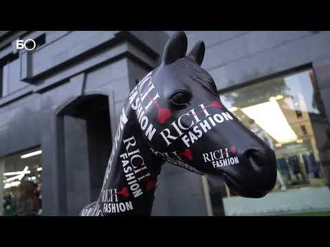 На казанской ВИП-улице появились скульптуры лошадей