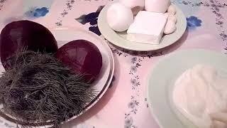 Салат из вареной свеклы с яйцом и плавленным сырком.
