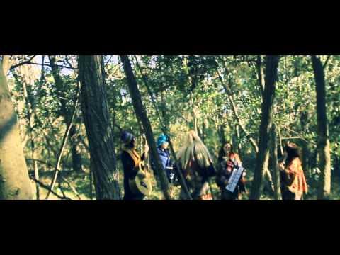 2012年12月12日発売のデビュー・アルバム『DOLLS APARTMENT』より連続9曲PV公開第5弾! 森の中や砂漠といったシチュエーションと流浪の民のようなメン...