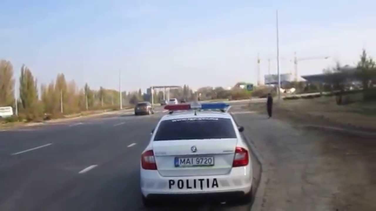 Mașina poliției stă în stație, la Aeroport
