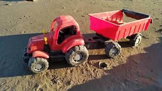 Тест драйв машинок в большой песочнице. Трактор против Самосвала