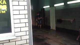 Украинци измиха малко ромче на автомивка