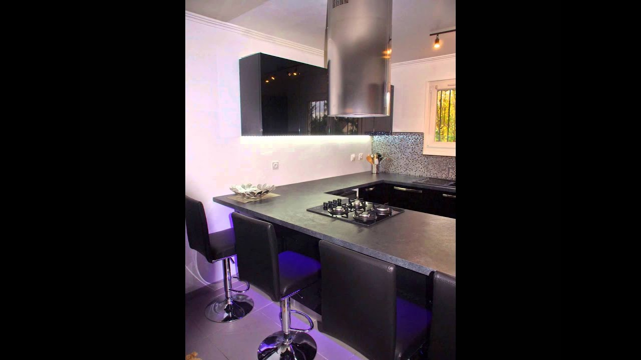 cuisine moderne noire ouverte sur le salon youtube. Black Bedroom Furniture Sets. Home Design Ideas