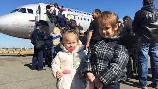 ВЛОГ Ура, ура, мы летим в Москву Что Алина и Юля делают в самолете VLOG