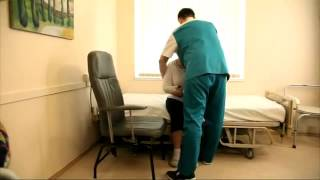 видео Пересаживание с кровати на стул или кресло-каталку