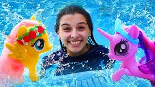 Литл Пони и Маша в аквапарке! Флаттершай не умеет плавать - Играем с ПОНИ. Ох, уж эти куклы!