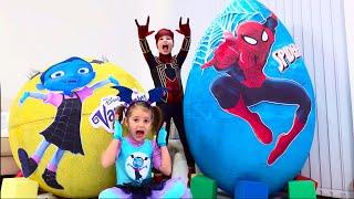 Max y Katy no pueden compartir juguetes en una gran sorpresa de huevo