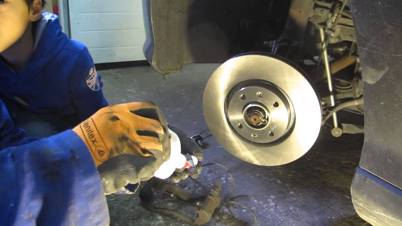 Changer les plaquettes et les disques de frein avant sur for Garage changement plaquette de frein