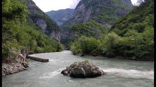 В Абхазии ищут россиянку, упавшую с моста в реку