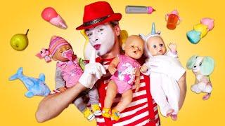 Palhaço cuida de três bebês. Jogos para crianças. Vídeo engraçado com brinquedos para crianças