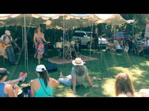 Sunny Alaska Performance at the Byron Bay Markets