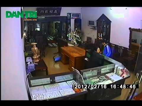 Rùng rợn clip nam thanh niên sát hại bà chủ tiệm vàng   Pháp luật   Dân trí