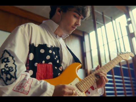 Смотреть клип Alfie Templeman - Everybody'S Gonna Love Somebody
